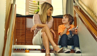 Jennifer Aniston makes a new friend on Emirates ( Video )